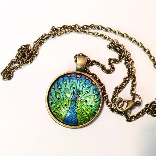 Halskette mit Anhänger aus Glascabochon